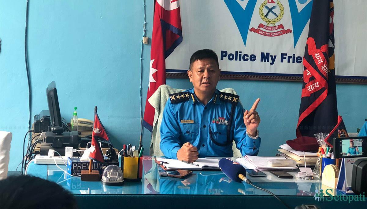 पत्रकार सम्मेलनमा काठमाडौंका नवनियुक्त काठमाडौं प्रहरी प्रमुख एसएसपी बसन्त लामा। तस्बिरः डिल्ली/सेतोपाटी