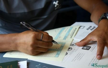 कोरिया जाने भाषा परीक्षा दिँदै एक नेपाली विद्यार्थी। तस्बिरः निशा भण्डारी/सेतोपाटी