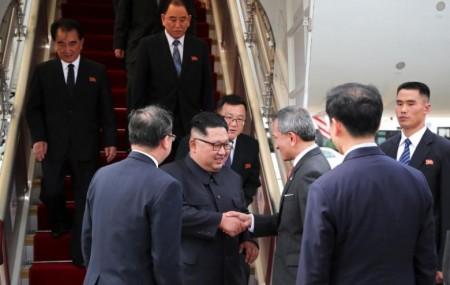 उत्तर कोरियाली नेता किम जोङ उनलाई अमेरिकी राष्ट्रपति डोनाल्ड ट्रम्पसँगको शिखर वार्ता निम्ति आइतबार सिंगापुरमा स्वागत गरिँदै। वार्ता मंगलबारबाट सुरु हुँदैछ। तस्बिर: रोयटर्स