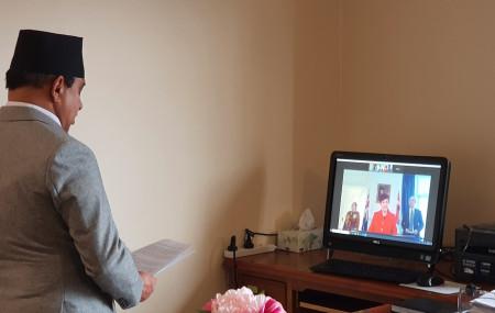 भिडियो कन्फेरेन्सबाट ओहोदाको प्रमाणपत्र बुझाउँदै राजदूत दाहाल।