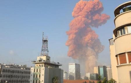 बेरुतको बन्दरगाहमा भएको विष्फोटपछि आकाशमा उठेको धुवाँको मुश्लो। तस्बिर: एएफपी