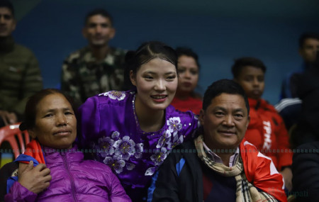 उसुकी स्वर्ण विजेता निमा घर्तिमगर आमाबुबाको साथमा। तस्बिर: निशा भण्डारी/सेतोपाटी